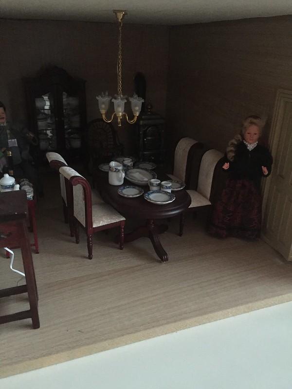 tilequiltjes ook nog een tapijtje gemaakt voor haar poppenhuis het was even een klusje om de eetkamer leeg te halen kijk maar hoe vol de kamer staat