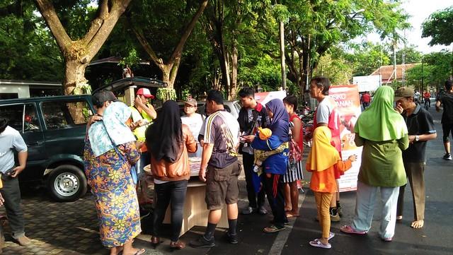 Antusias masyarakat Tulungagung dalam memanfaatkan Posko layanan Gerakan Melindungi Hak Pilih (GMHP) oleh KPU Tulungagung di Taman Aloon Aloon (21/10)