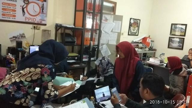 Suasana Pendaftaran Peserta Kursus Demokrasi Kepemiluan di Kantor KPU Tulungagung (15/10)