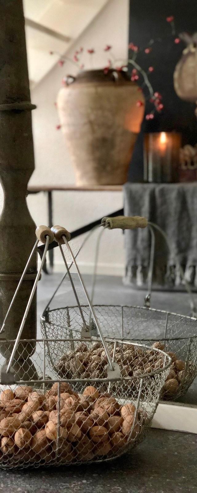 Spiegel draadmand met walnoten kandelaar