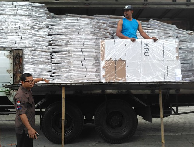Suprihno M.Pd mengecek kotak suara Pemilu 2019 yang telah tiba di Kantor KPU Tulungagung, Rabu (24/10)