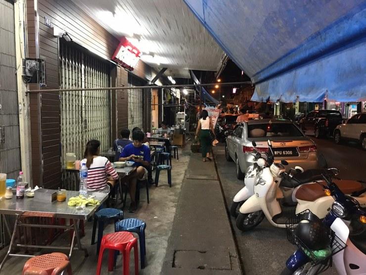 โต๊ะยาวต่อออกมานอกร้าน - ร้านกรหมี่ไก่