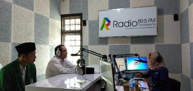 Komisioner KPU Tulungagung Mustofa, SE., MM saat mengisi acara program inspirasi pagi di R Radio FM Tulungagung (23/10)