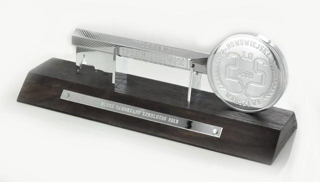 statuetka  klucz - mosiądz chromowany, drewno egzotyczne