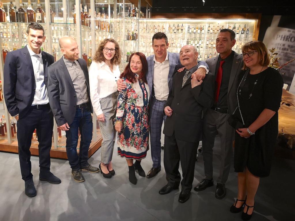 Een terecht trotse Valentino Zagatti met zijn familie in The Unseen Collection kamer.