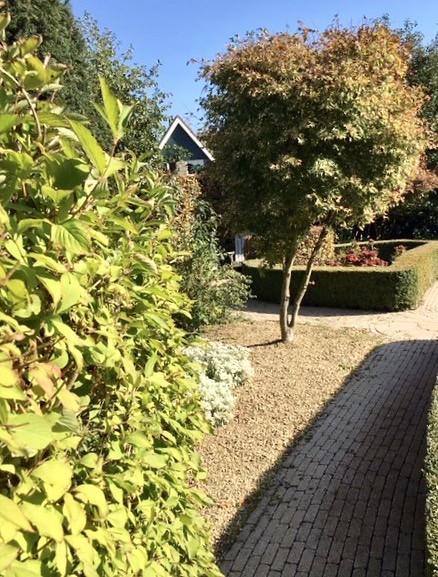 Strak landelijke tuin bij jaren '30 woning