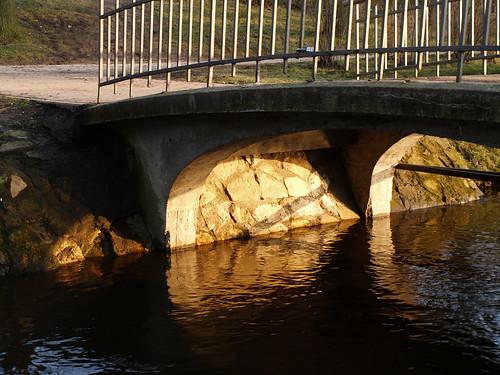 Rietošās saules gaisma zem tiltiņa
