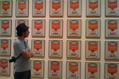 En el MoMA ante una de las obras de Andy Warhol