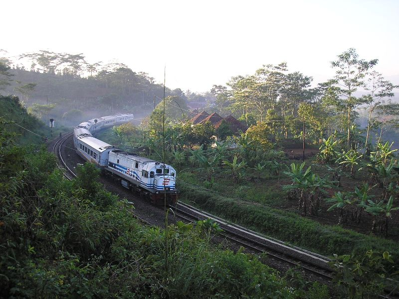 Argo Gede dari BD antara Stasiun dan Terowongan Sasaksaat