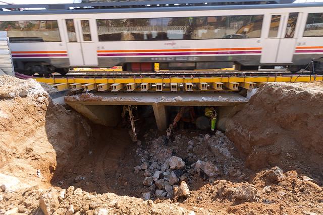 Cajón hincado en Triangle Ferroviari - Detalle de los trabajos en el interior del cajón mientras circulan los trenes - 12-05-11