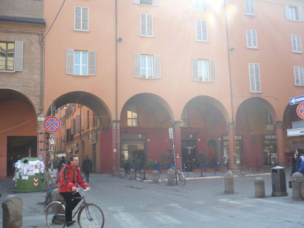 via Petroni desde la plaza