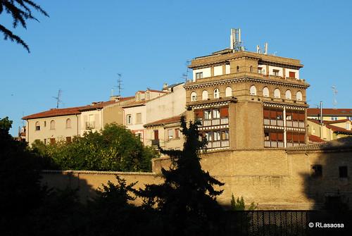 Vista del Hotel Eslava, con fachadas a la Plaza de la Virgen de la O, y a la calle Recoletas, y parte del Paseo de Ronda, visto desde los jardines de la Taconera
