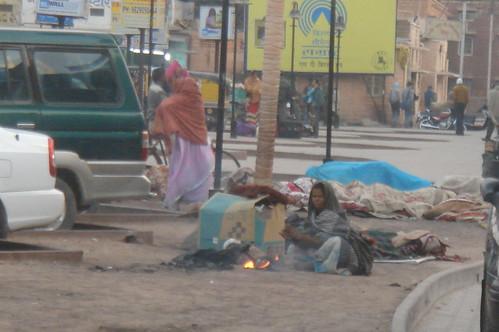 Jodhpur station_站旁的貧民升火取暖有的尚末起床