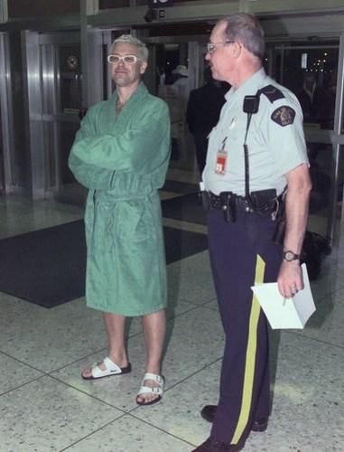 Adam Clayton en albornoz en el aeropuerto de Edmonton en 1997