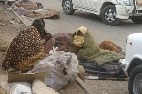 Jodhpur station_站旁的貧民嬰�小狗共用一條棉被