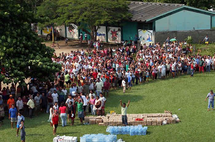 Habitantes del poblado de Nacajuca, Tabasco, esperan ayuda debido a que se encuentran incomunicados desde hace cuatro d�as. La falta de alimentos, medicinas y agua pot Foto Jorge Serratos 04 de noviembre de 2007