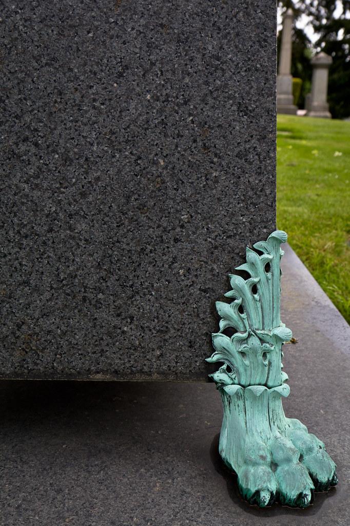 Gravestone foot