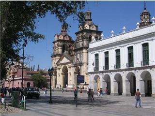 cordoba, la place San martin à gauche. La cathedrale à droite avec en premier plan le cabildo de Cordoba ( la mairie et l'office du tourisme)