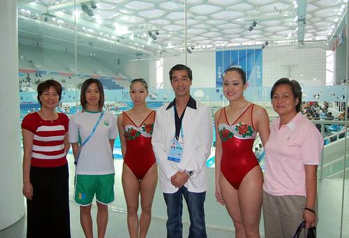 代表隊運動員與家長合攝於水立方