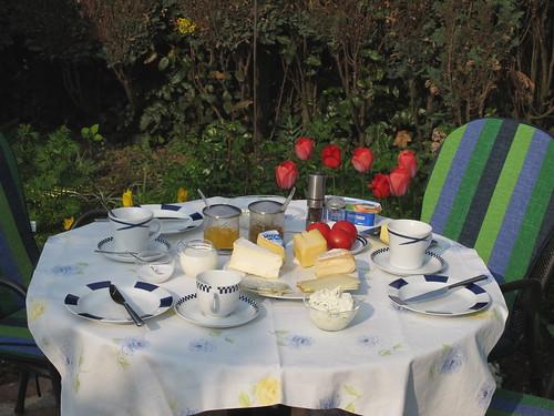 Frühstück am Karfreitag im Garten