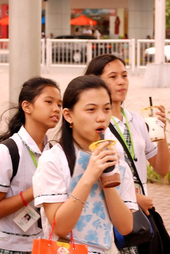Mall of Asia high schoolgirls day commuting near Mall of Asia Buhay Pinoy Philippines Filipino Pilipino  people pictures photos life Philippinen