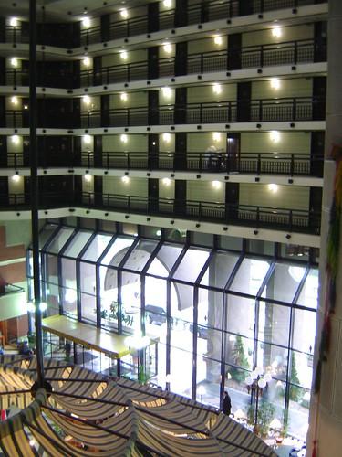 Hotelul Holiday Inn, cu intrarea in camere pe interior si fara culoare