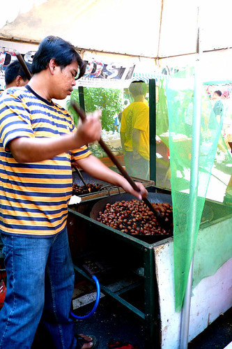 street vendor roasting castañas nut snack stirring big wok kawali Pinoy Filipino Pilipino Buhay  people pictures photos life Philippinen  菲律宾  菲律賓  필리핀(공화�) Philippines