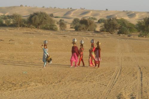騎駱駝1-4沙漠�取水回家的少女