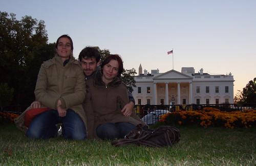 los tres frente a la casa blanca