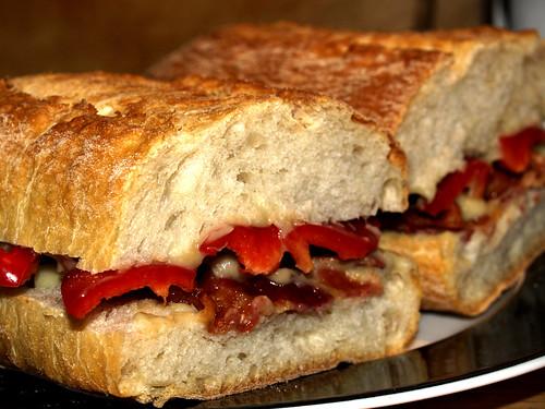 Sandwich med auberginecreme, rød peber og bacon