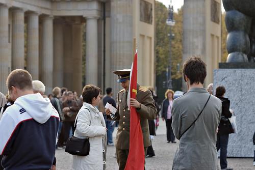 """Soldado soviético"" en la Puerta de Brandemburgo"