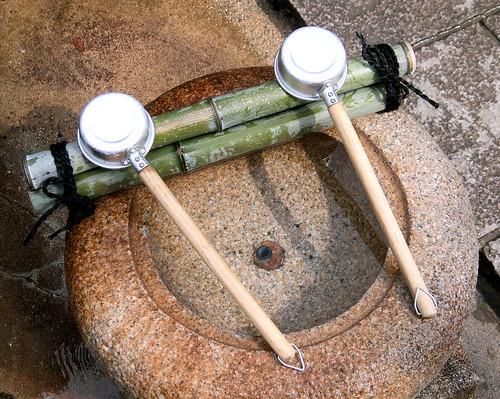 Fuente ritual en la entrada de un templo.