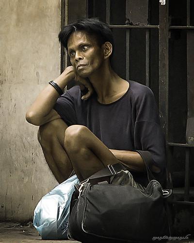 man sitting street sidewalk scene Buhay Pinoy Philippines Filipino Pilipino  people pictures photos life Philippinen