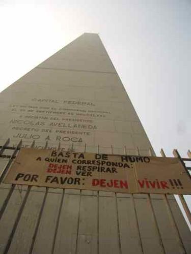 Basta de humo - cartel en el obelisco