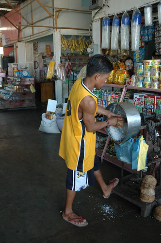 Coron Palawan grating coconut niyog market man shredding  Buhay Pinoy Philippines Filipino Pilipino  people pictures photos life Philippinen  菲律宾  菲律賓  필리핀(공화�) machine