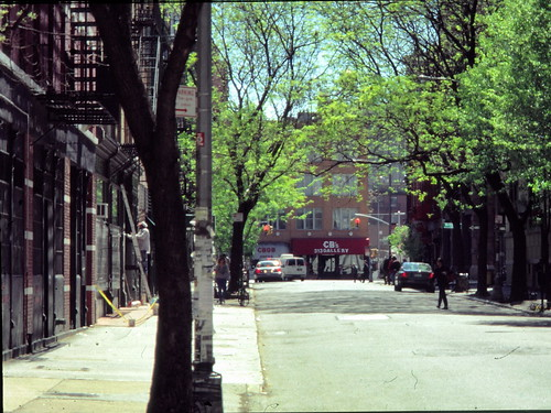 Looking down Bleecker Street towards CBGB OMFUG - foto: benmychree2002, flickr