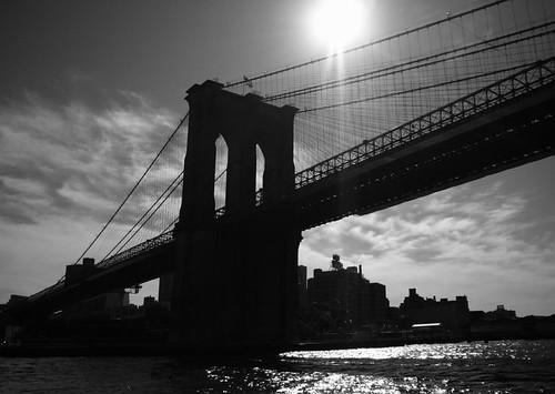 puente de brooklyn blanco y negro desde barco