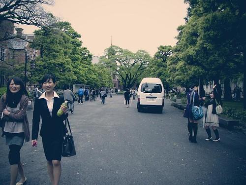 동지사 대학의 캠퍼스. 대학생들이 걸어 다니고 있다.