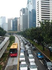 jalur busway sepi sementara jalur kendaraan pribadi macet