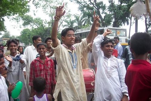 El día de Pahela Baishakh (Año Nuevo Bangla) los hombres se visten con dhoti  (pantalones tipo pijama) blancos y con kurta (casaca de algodón). Dhaka (Bangladesh). Foto Olga Pardo