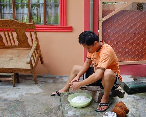 shredding coconut niyog Buhay Pinoy Philippines Filipino Pilipino  people pictures photos life Philippinen  菲律宾  菲律賓  필리핀(공화�)