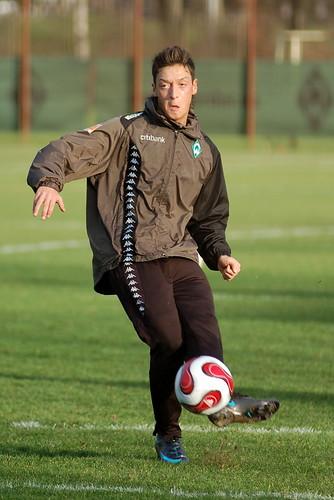 Mesut Ozil mendarat di Barcelona, tanda kepindahan?