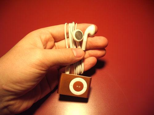 iPod Suffle enrollándolo