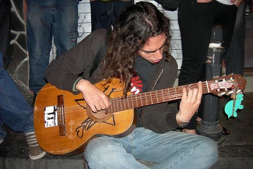 Garimba boy en la calle del haring con guitarra prestada