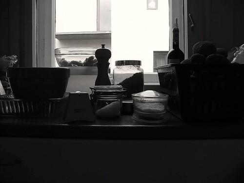 Konyhai csendélet épülő házzal