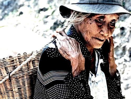Basco Batanes Vegetable peddler vendor old woman basket  Buhay Pinoy Philippines Filipino Pilipino  people pictures photos life Philippinen  菲律宾  菲律賓  필리핀(공화�) kaing
