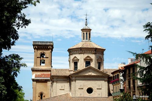 Vista de la Iglesia de San Lorenzo desde el Rincón de la Aduana y de la Capilla de San Fermín que es, por su valor arquitectónico y estético, el elemento más destacado del Rincón de la Aduana