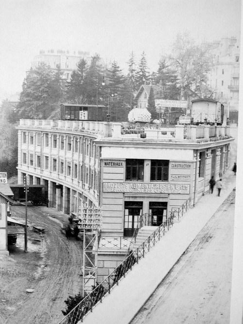 L'ancien bâtiment de la FNAC en 1900 avec l'ascenseur à wagon sur le toit