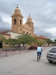 Devant la place centrale, Une eglise coloniale avec 5 arches en facade et ses cloches qui sonnent langoureusement toutes les heures.