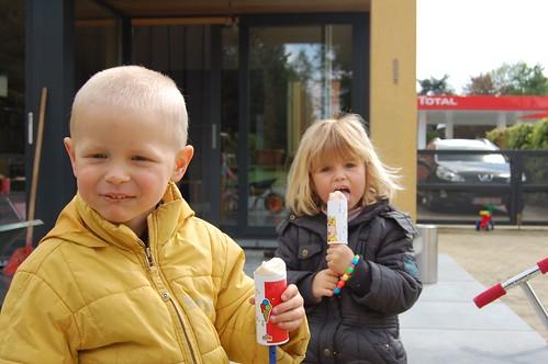 Rune en Elle met een ijsje op 010508